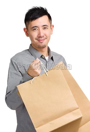 giovane uomo con la borsa della