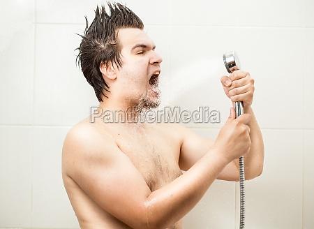 uomo divertente cantare a doccia