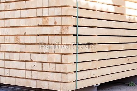 pannelli di legno impilati in magazzino