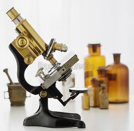 microscopio da laboratorio intorno al 1928