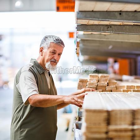 uomo che acquista legno da costruzione