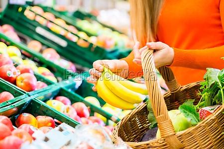 la donna in un supermercato drogherie