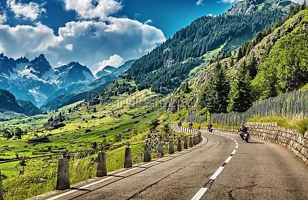 gruppo di motociclisti in tour alpi
