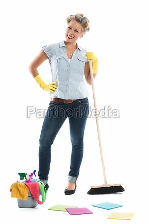 scopa pulire domestica donna delle pulizie