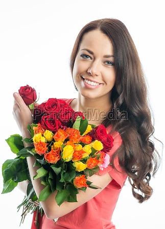 giovane donna con bouquet di rose