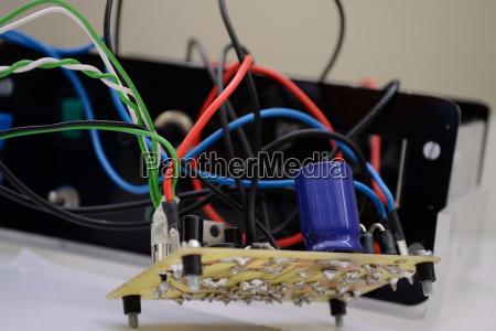 elettronica circuito stampato componenti fili condensatore