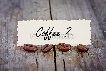 i chicchi di caffe sul tavolo