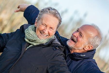 anziani anziani coppia felice ridere sul