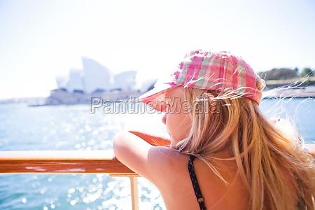 ragazza che osserva dal traghetto a