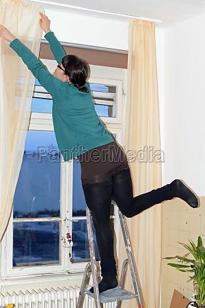 donna pericolo domestico rischio rischioso finestra