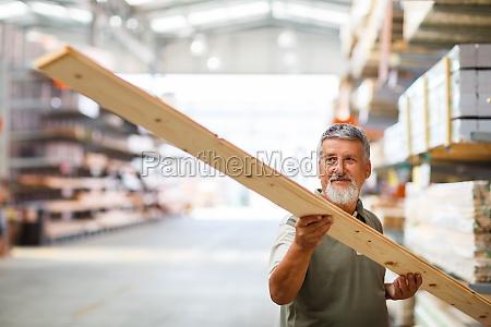 luomo sceglie e acquista legname da