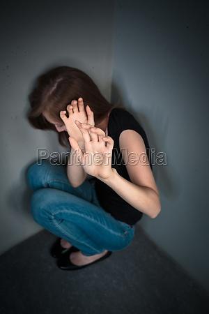 giovane donna che soffre di una