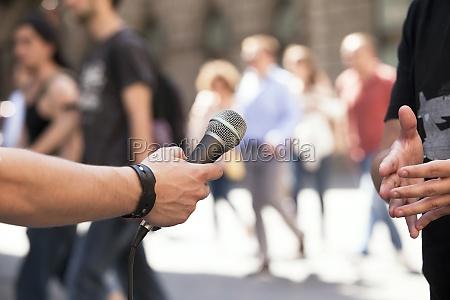 persone popolare uomo umano intervista microfono