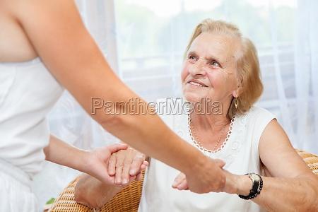 fornire assistenza agli anziani