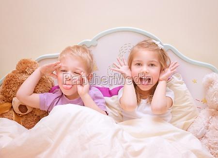 bambini felici fanno facce