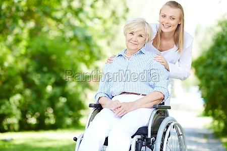 camminare fuori con il paziente
