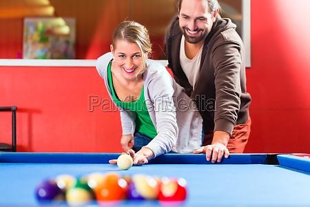 coppia gioca a biliardo