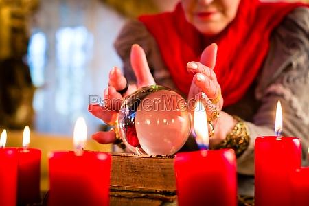 clairvoyant durante seance con carte tarocchi