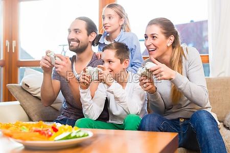 famiglia che gioca i video giochi