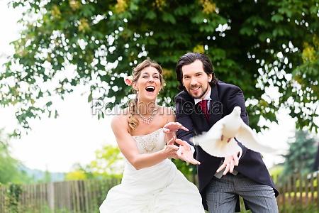 sposi con volare colombe bianche