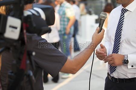 intervista mano mani microfono colloquio giornalista