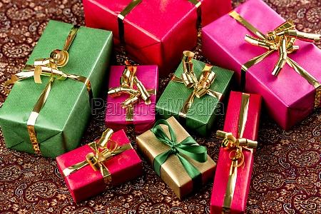 regali avvolti in colori vivaci