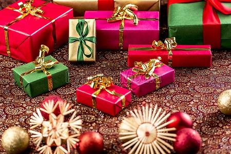 regali di natale su stoffa riccamente