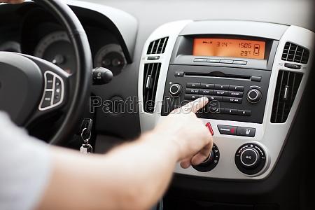 sistema audio stereo con auto uomo