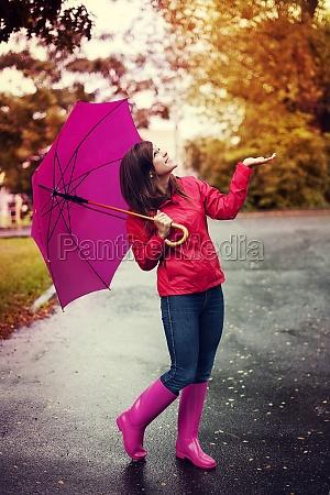 donna felice con ombrello controllo per