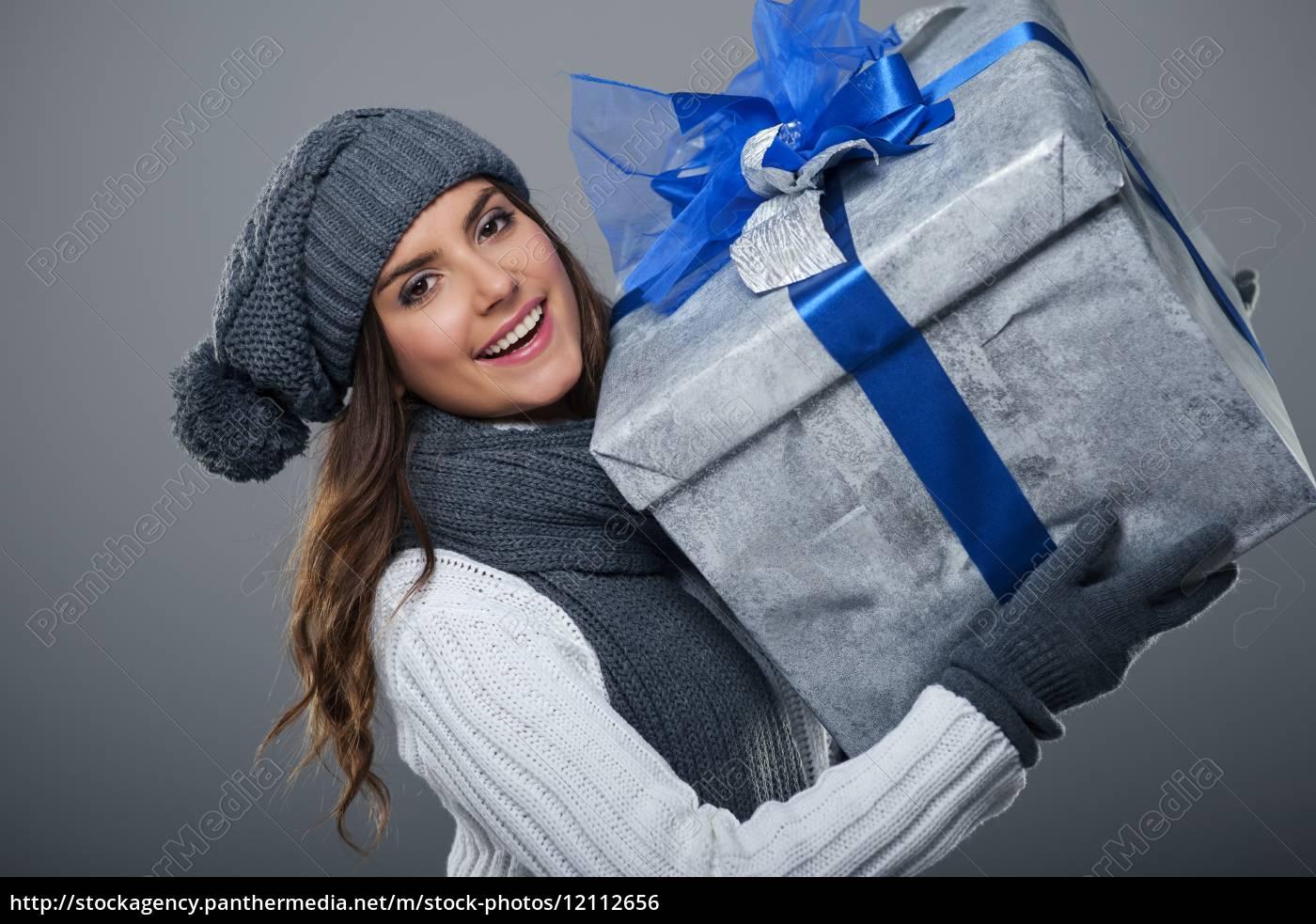 donna, felice, che, indossa, abiti, caldi - 12112656
