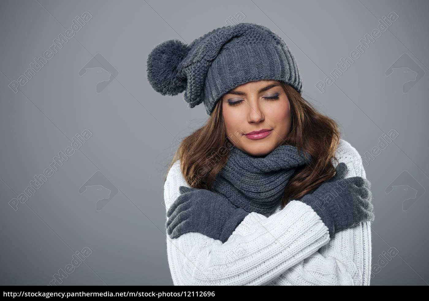 giovane, donna, tremante, durante, la, stagione - 12112696