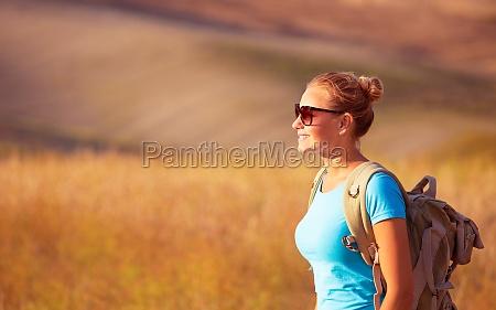bella ragazza viaggiatore godendo campo di