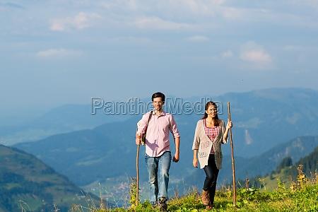 alpi coppia durante le escursioni