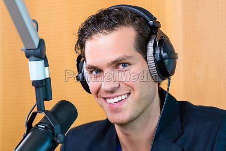 presentatore radiofonico in onda