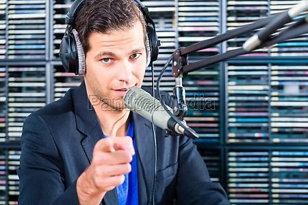 radio presentatore in onda