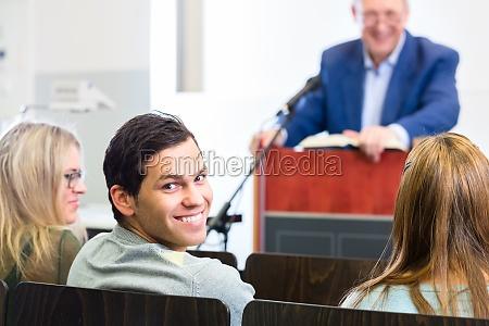 studenti nellaula universitaria