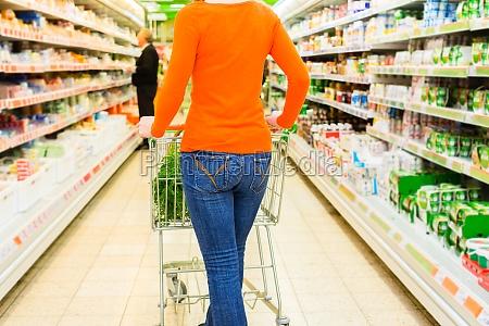donna con il carrello di acquisto