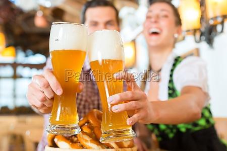 coppie bavarese incontra con la birra