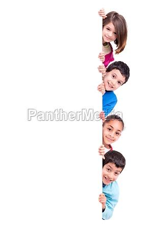 bambini sopra lavagna bianca