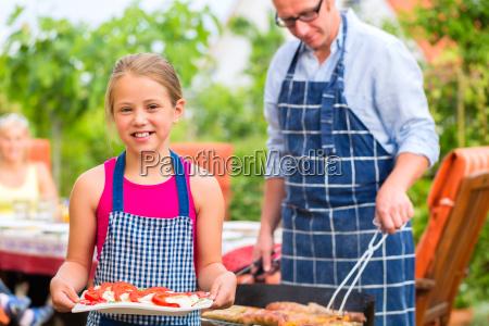 barbecue party con famiglia in giardino