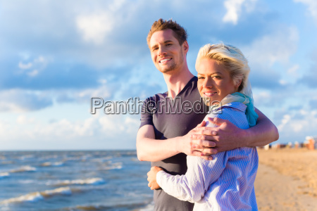 coppia al romantico tramonto sulla spiaggia