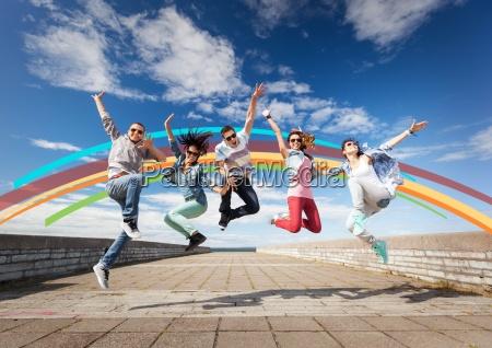 gruppo di adolescenti saltando
