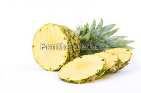 ananas con fette su sfondo bianco