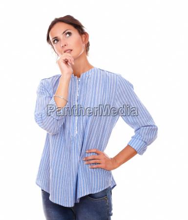 pensive donna adulta chiedendo e guardando
