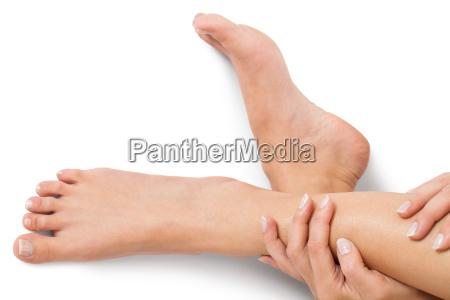donna con unghie naturali ben curate
