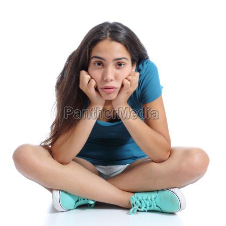 annoiato adolescente ragazza seduta con le