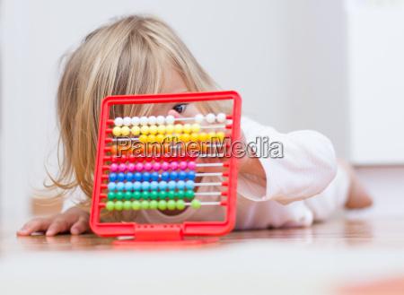 bambina che impara con labaco