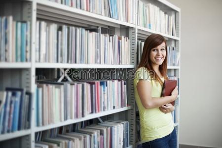 bellissimo, studente, in, biblioteca - 12351524