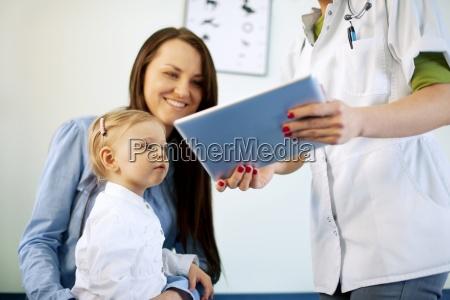 medico, che, mostra, i, risultati, sulla - 12352386