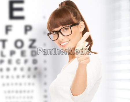 donna in occhiali con occhio grafico